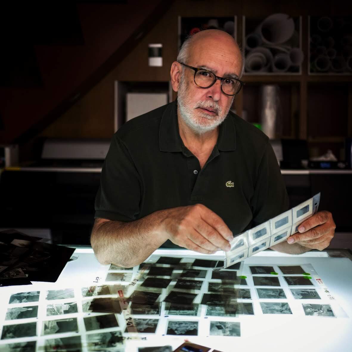 Ezio Costanzo studia i negativi originali di Phil Stern (Foto Fabrizio Villa)